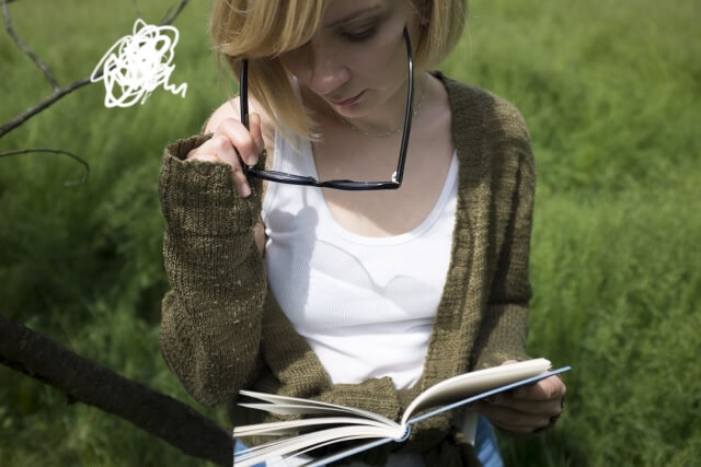 本が見えづらい女性
